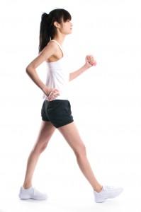 ウォーキング 効果的 歩き方 かかとから 着地 歩幅 肩幅