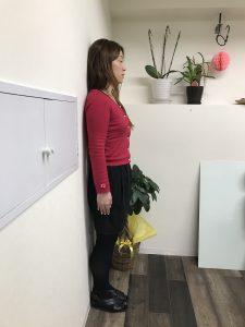 猫背解消 正しい姿勢 立つ 壁