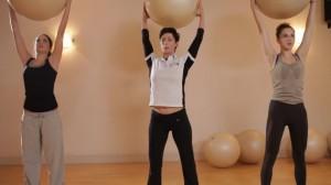 二の腕ダイエット バランスボール 上に持ち上げる